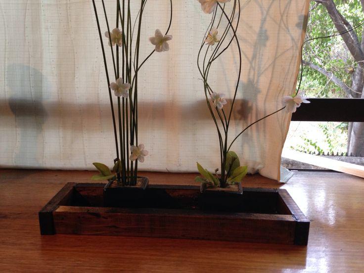 Ramas decorativas, flores de orquídea y madera envejecida
