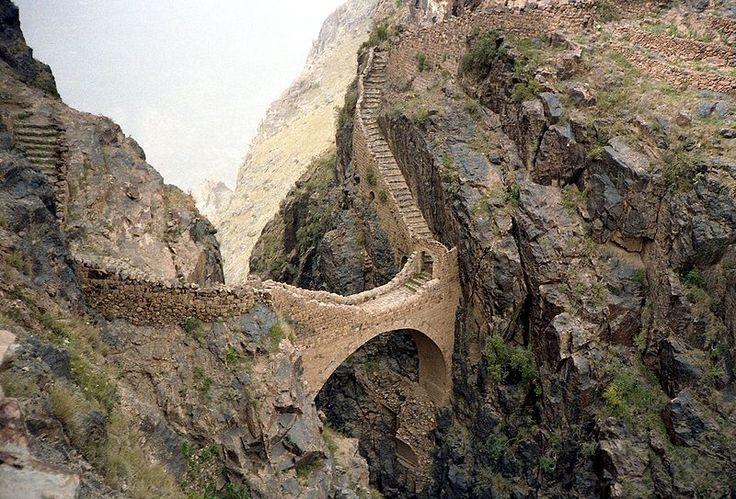 Yemen К северу от Саны находится деревня Аль Кабай, рядом с которой можно увидеть знаменитый мост, построенный в 17 веке между горами Джебл Аль Амир и Джебл Фииш. Через узкое, но очень крутое ущелье не однажды пытались перебросить мост, следы прежних попыток видны и в наши дни. Наконец архитектору Салах аль-Яману удалось выполнить эту задачу. Мост был построен из прочных известняковых блоков для того, чтобы соединить деревню Шахару с расположенным на соседней горе селением Шахарат ал-Фиш.