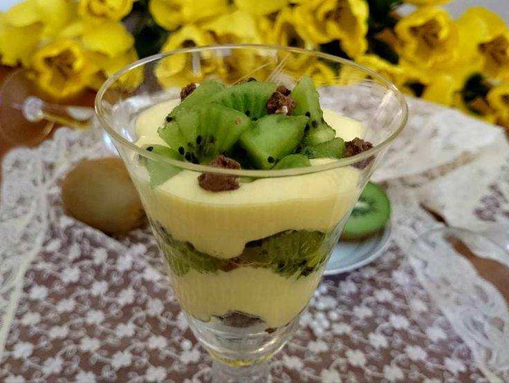 Cari lettori, oggi vi propongo un dolce al cucchiaio molto semplice da realizzare: il tiramisù al kiwi. Un dolce che dal sapore fresco e delizioso che vi co
