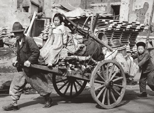 1950 06.25 한국전쟁 사진집 - 가슴아픈 역사의 흔적들 :: 책과함께하는여행 - 임응식 A refugee family.