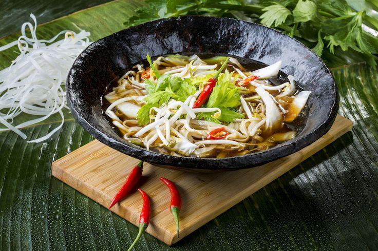 Kuetiao csirkével: rizstészta, babcsíra, kínai kelkáposzta, pirított fokhagyma, angol zeller