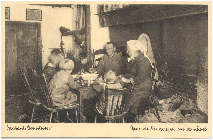 Spoordonk - het eten van een maaltijd door een gezin aan tafel Rembrandt Uitgeverij-Maatschappij - 1910 - 1935