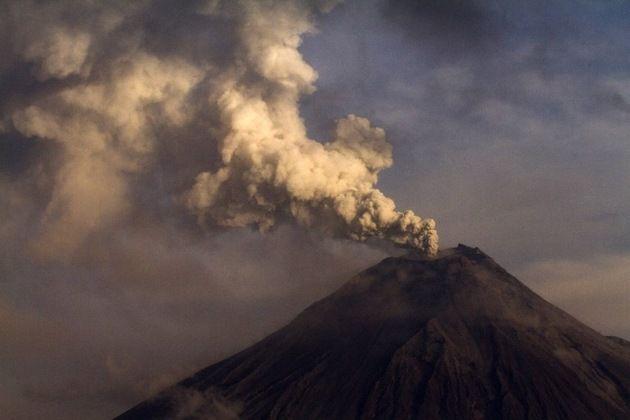 Fotos, video: El volcán ecuatoriano 'garganta de fuego' arroja ceniza y rocas candentes – RT