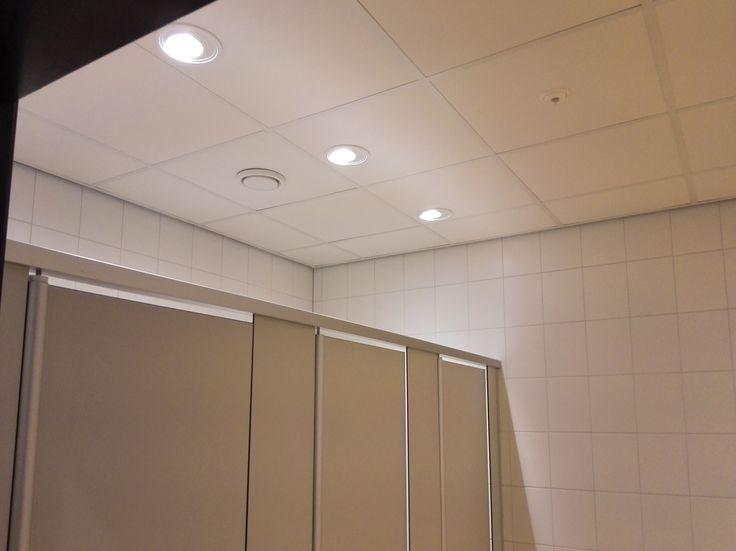 Op verzoek van Installateur Jimmink Elektrotechniek te Amersfoort heeft Solar Light een lichtplan opgesteld dat afwijkt van een standaard oplossing. Hierdoor hebben de kleedkamers, doucheruimtes, toiletten en gangen een frisse heldere verlichting gekregen. Bij de toiletten is gebruik gemaakt van Solar Light Inverso 150 900Lm inclusief opalen afscherming. Alle verlichting is geschakeld op Esylux aanwezigheid sensoren. #solarproject #solarlight