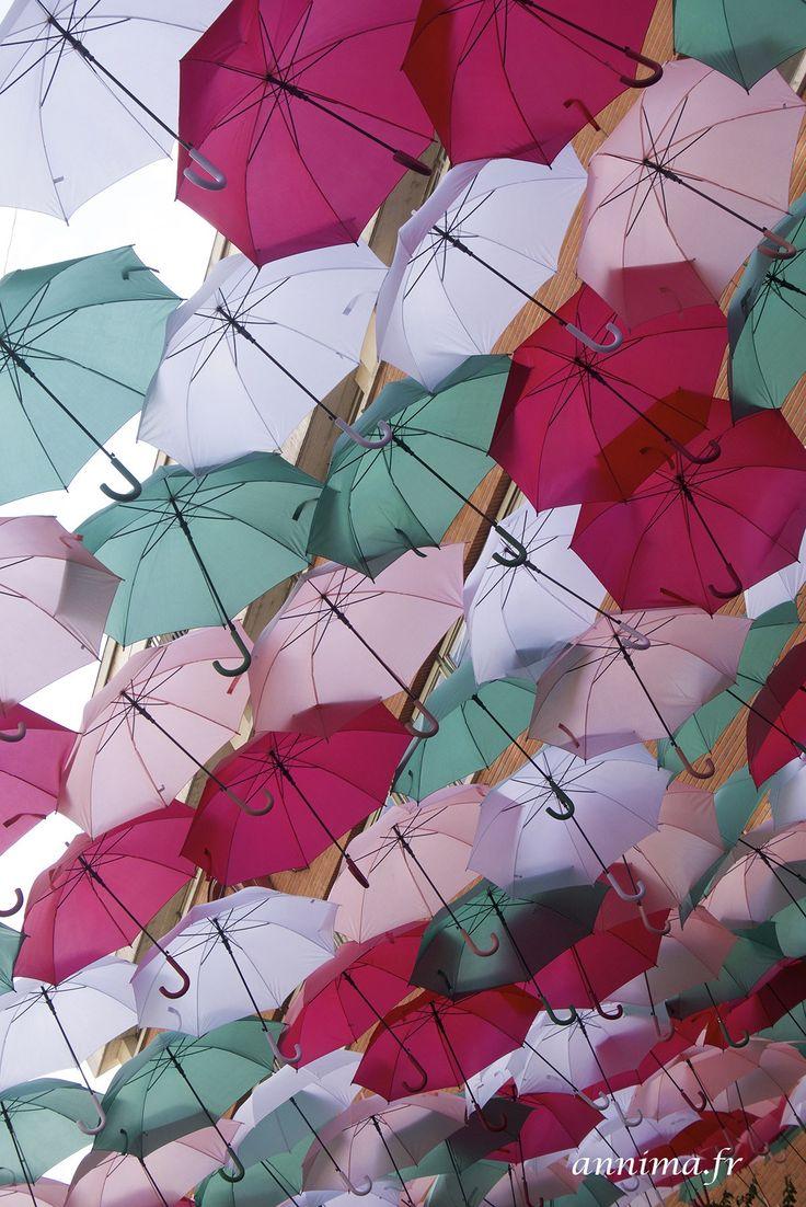 Wops ou les parapluies de Toulouse. Installation street art, ombrelles, poésie, Rue alsace lorraine