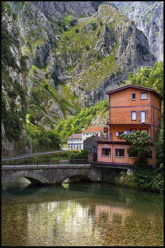 Río Cares, Asturias,Embalse de Poncebos, por la carretera de Sotres. by Pilar Azaña, via Flickr
