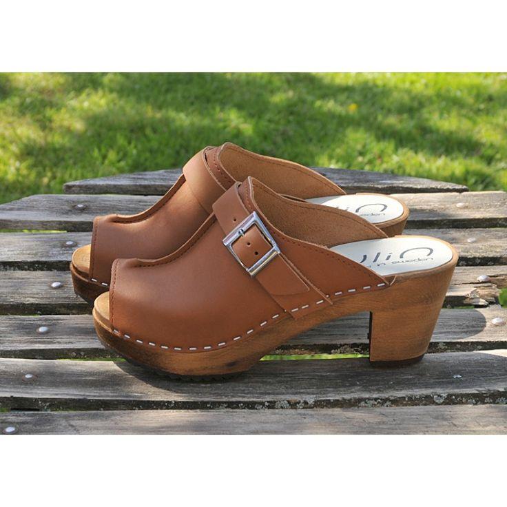 Sabots mode femme en bois à talons hauts de 8 cm en bois et cuir. Elégance de la boucle argentée pour ces chaussures YLIN