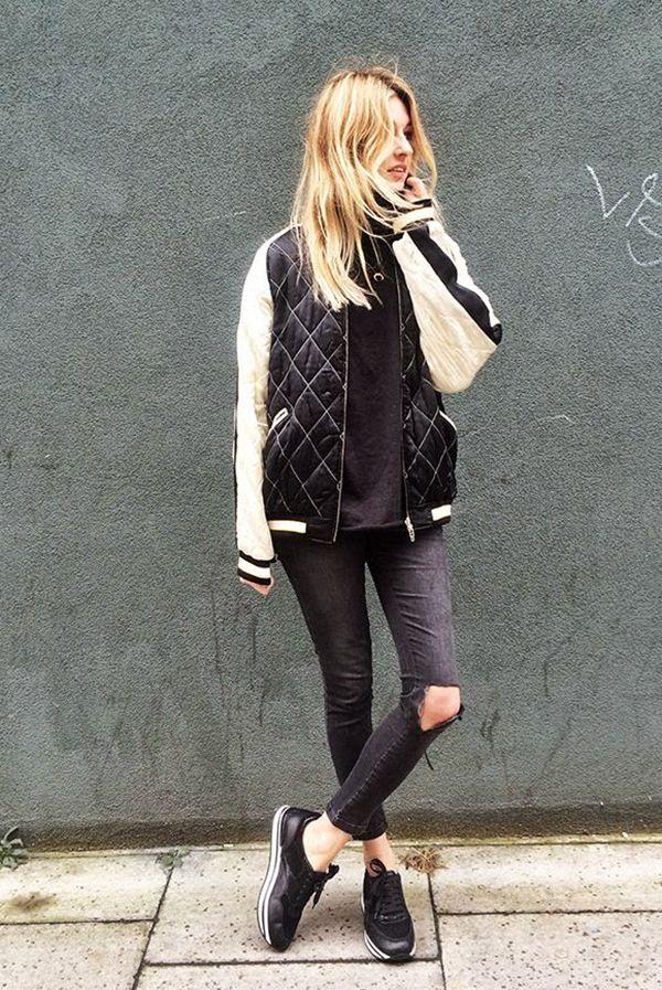 Bomber Jacket com calça preta e tênis é perfeito para o street style