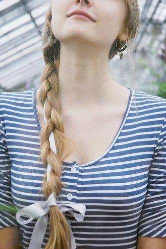 シンプルな三つ編みにリボンを編みこみ。 #eruca