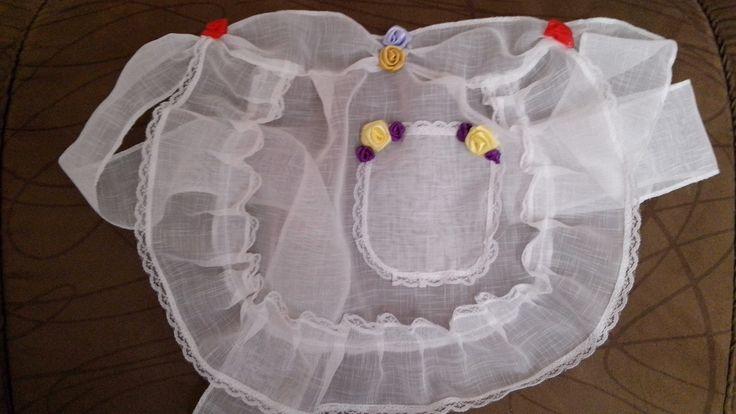 Lindo avental para colocar sobre o vestidinho caipira. Muito charme nas festas juninas Tamanho pequeno , médio e grande Pequeno: largura: 29 cm // comprimento: 23 cm Médio: largura: 33 cm // comprimento: 26 cm Faixa para amarrar: 55 cm de cada lado (aproximadamente) TECIDO: VOAL Branco Flo...