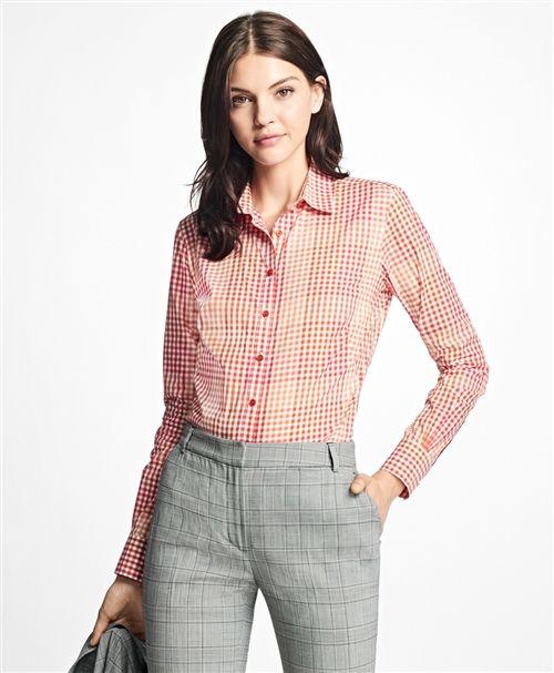 薄手で柔らかなコットンポプリン地を使用した長袖シャツ小さなマルチカラーのギンガムチェックで大きなギンガムチェックを表現しました。【New Fitted Fit】バスト・ウエス…