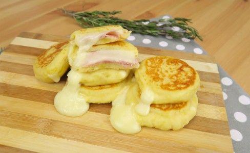 Le focaccine di patate sono molto facili da preparare e con il loro cuore filante di formaggio sono davvero goduriose! Avrete bisogno di: 600g di patate, 1 uovo, 150g di farina, 60g di parmigiano. Lessate le patate in acqua bollente oppure cuocetele nel microonde per circa 10 minuti. Schiacciatele e aggiungete al composto l'uovo, la farina e il parmigiano. Con l'aiuto della carta forno, stendete l'impasto e formate dei cerchietti. Farciteli con formaggio filante e prosciutto cotto e uniteli…