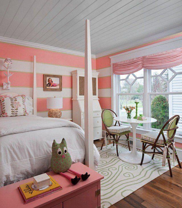 die Wände des Mädchenzimmers verzieren mit Querstreifen-Flamingo-rosa und weiß kombiniert