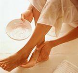 Для сухой, загрубевшей и потрескавшейся кожи пяток и стоп можно приготовить чудесный питательный крем, который поможет сделать кожу нежной, как у младенца.    Ингредиенты:   Мазь календулы – 20 г   Витамин А – ампула 10 мл    Купить в аптеке мазь календулы и витамин А в ампулах. В мазь календулы добавить витамин А, исходя из расчета: на 20 г мази календулы 10 мл витамина А. Полученный крем хранить в холодильнике.   Чистые сухие пятки и стопы обработать мокрой пемзой или шлифовальной щеткой…