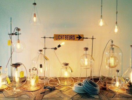 Ontzettend mooi, deze glazen lampen van Lichtbeurs gemaakt van oud laboratoriumglas. #verlichting #lampen #glas #hanglamp Gespot op: http://www.zook.nl/verlichting/unieke-glazen-lampen