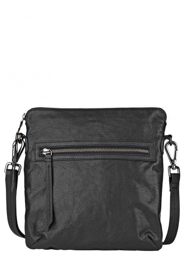 Den bedste invistering denne sæson er Agnete tasken fra Becksöndergaard. Designet er tidløst med en udvendlig lomme foran der lukkes med en lynlås, hvilket gør den perfekt til arbejdet eller et off-duty look. Tasken er lavet af blødt læder og har en justerbar rem. Størrelse: 25 x 27 cm