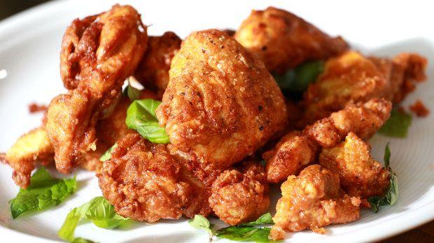 V nové kulinární show Rozpal to, šéfe! připravil Zdeněk Pohlreich neodolatelné smažené kuře v křupavém pikantním těstíčku. Marináda z kefíru zařídí, že maso krásně zkřehne. Tohle kuře bude zlatý hřeb vaší letní kuchyně!