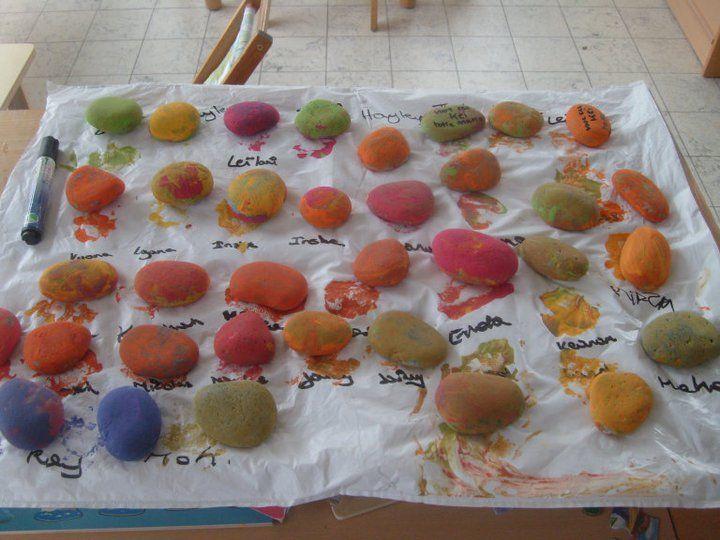 in het thema 'stenen' op stage, kleuters (1ste kleuterklas) stenen laten beschilderen