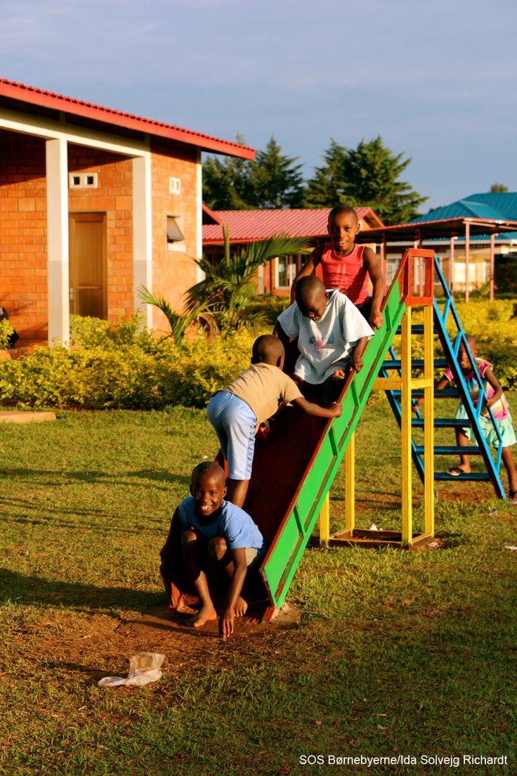 Børn fra SOS-børnebyen i Kayonza, Rwanda, leger i eftermiddagssolen.