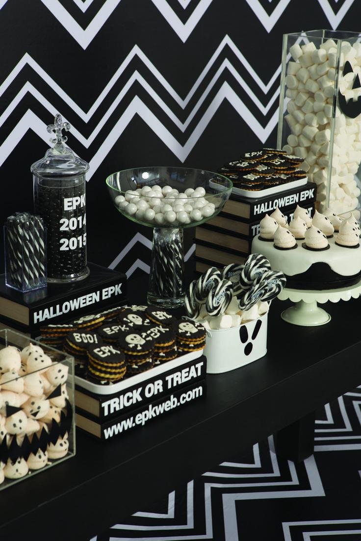 """Un backing en zig zag negro y blanco al estilo Missoni junto con una mesa llena de dulces alusiva a la famosa frase """"dulce o truco"""", son los protagonistas de este emblemático y diferente setting #epkhalloween."""