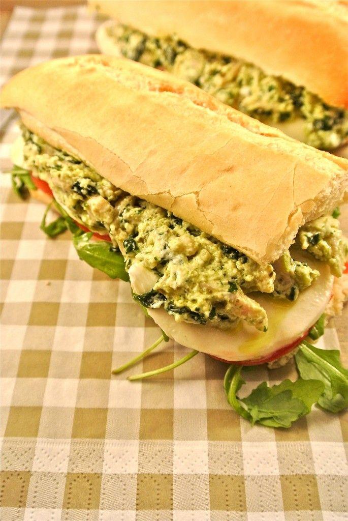 Sandwich met zelfgemaakte kip-pesto salade