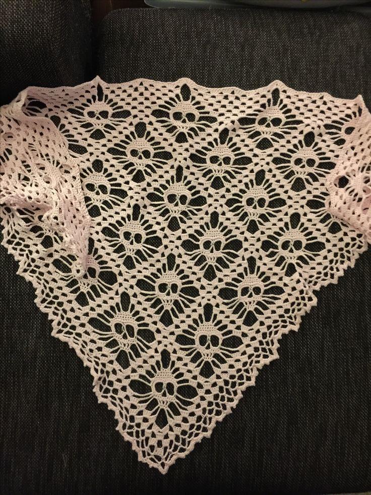 Crocheted skull shawl, virkad döskallesjal