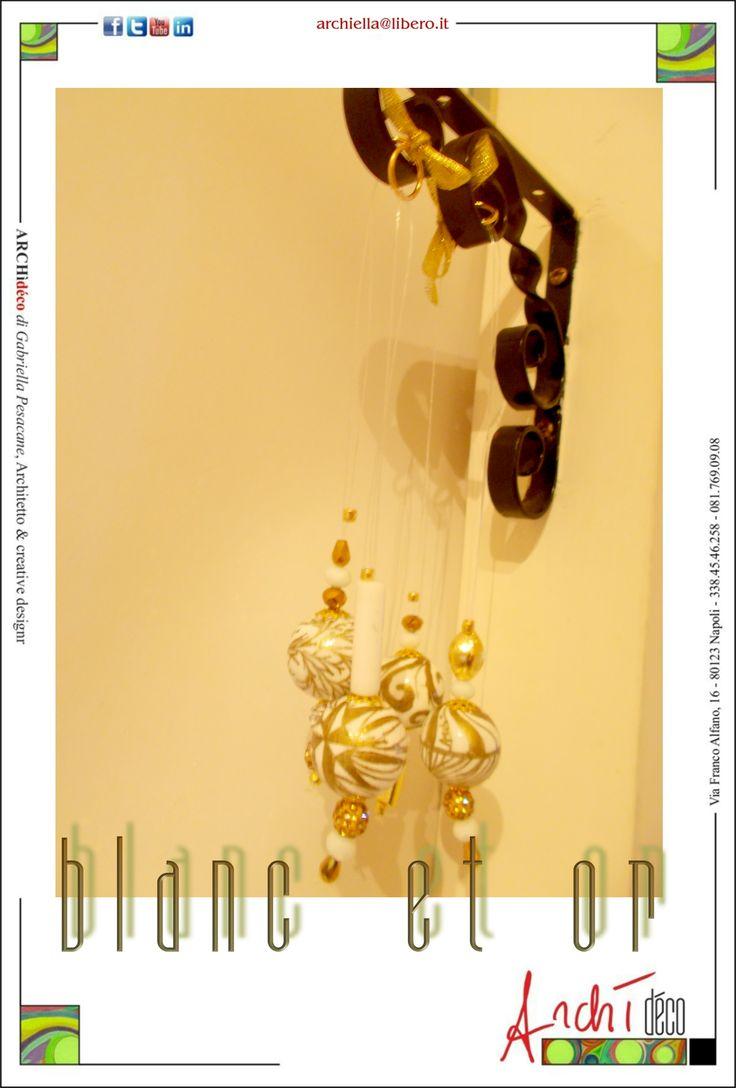 Sfere da arredamento in faggio decorate a mano, tecnica mista vernice su tempera, rifinitura con fissatore specifico. Sospensione in nylon, accessori in metallo, cristallo e pietre dure, Diametro cm 3,0