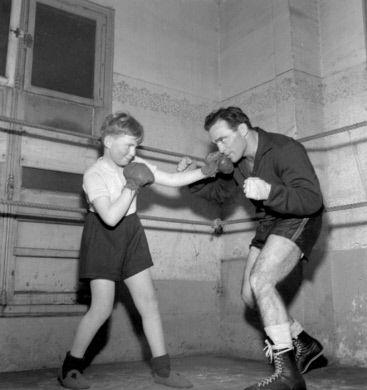 Marcel Cerdan (1916-1949), boxeur français, entraînant un jeune boxeur, le cadet Elie Mommeja. Paris, 1947. Photographie de Roger Berson.
