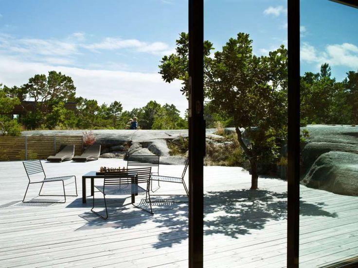 ÅPENT ROM: Den store terrassen har en naturlig avslutning i fjellet. I enden er det satt opp en liten levegg