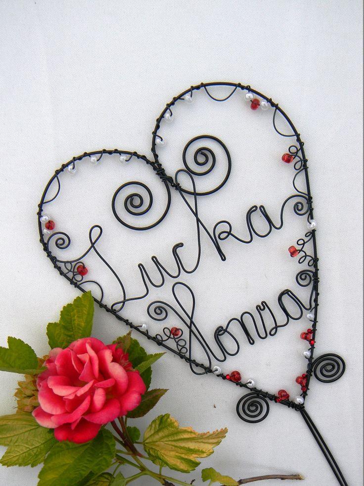 """Svatební srdce Srdce i jména jsou z žíhaného drátu. / 1,4 mm , 1mm a0,6mm/ Ve spod srdíčka je přidrátovaný """"držák"""" , který se dá zapíchnout do květináče, vázy,do dortu... Srdíčko je velké 13 x17,5 cm a ten zápich má dlouhý 11 cm. Srdíčko je zdobeno bílými červenými korálkami. Ale může být i v jiných barvách . Na Vaše přání udrátuji ..."""