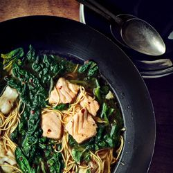 Błyskawiczna zupa rybna z woka ze szpinakiem i makaronem
