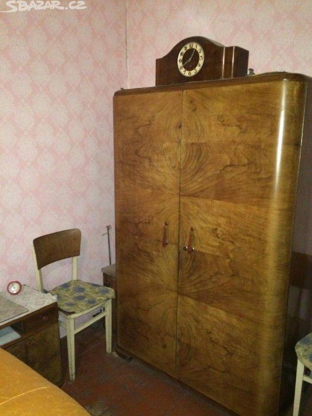 Starožitný nábytek z masivního ořechu vyroben na - obrázek číslo 1