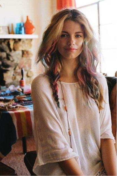 """Haar kleuren met pastelkrijtjes: Haar draaien en krijten.  Haar vochtig maken als je donker haar hebt of als je het een een paar wasbeurten wilt laten zitten check ook """"www.ulookhaute.com"""""""