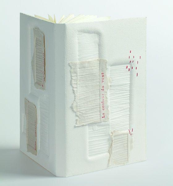 Marie-Claire Brauner <br>   France <br>  <br>   Reliure de conservation en papier blanc fait main du Moulin Richard de Bas à Ambert. Décor composé d'un gaufrage en relief avec des bois de tailles variées gravés, superposition de bandes de papier fait main gaufrées. Titrage au film rouge. <br>   Exemplaire : 35/75 <br>   Promotion : 2013 <br>  <br>   <i>Photo : Michèle Garrec</i>