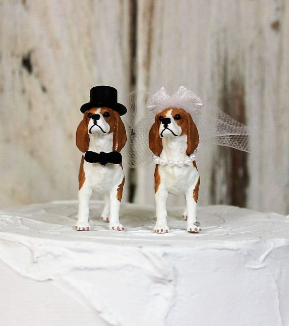 I know, Im not alone, when I say how much I love animals.These Beagles are so sweet looking and make the perfect cake topper  Groom dog has a black bow-tie and black top hat The Bride has a veil with white sheer bow and garter. She also has a white pearl necklace Measurements: 2 1/2 x 2 including the tail  International shipping is first class. If you want to ship priority let me know.