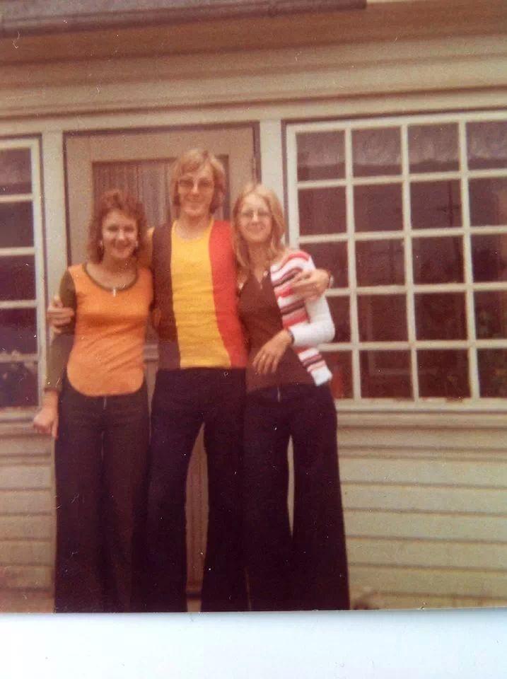 Serkkujeni Eila Hietalan ja Arja Koskisen seurassa 1971 mummolan kuistin edessä