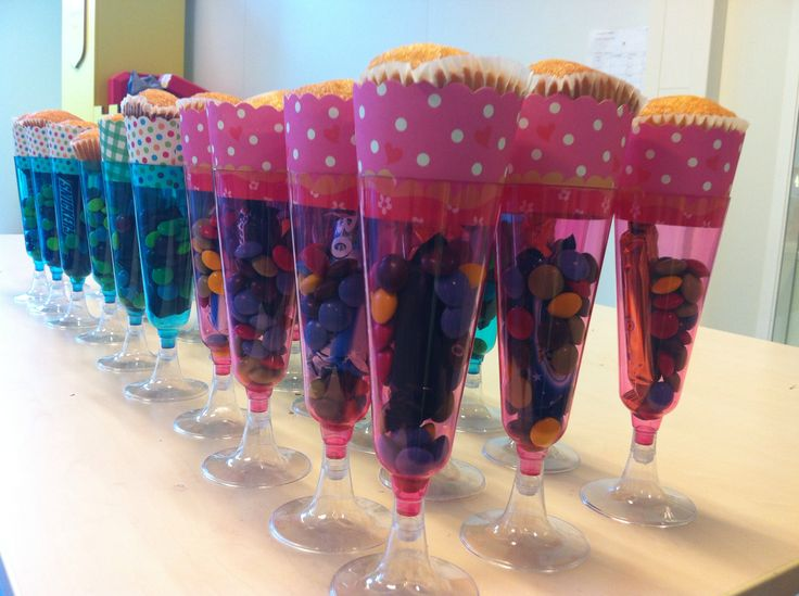 Traktatie in plastic champagneglas met M&M's/Mars/Magdalena