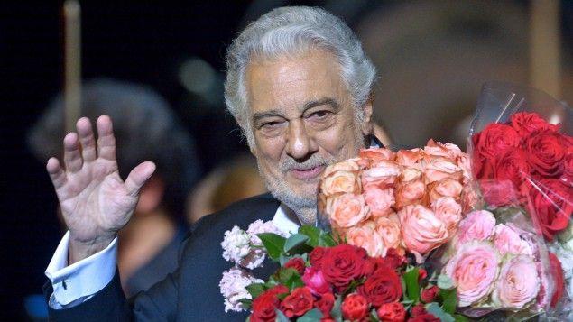 Der spanische Opernsänger Placido Domingo steht nach einem Konzert am 14.1.2016 in Moskau mit Blumen im Arm auf der Bühne. (picture-alliance / dpa / Evgeny Biyatov / Sputnik)