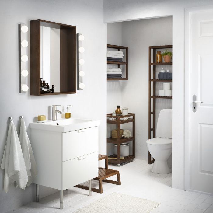 Les meubles de salle de bains MOLGER se démarquent joliment dans cette pièce où le blanc domine.