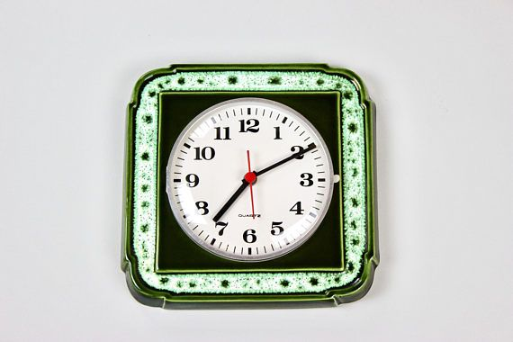 Vintage Küchenuhr 70er Jahre, Wanduhr, Uhr, Quartz Uhrwerk, Keramik Grün, Germany  Schöne, alte Wanduhr aus den 60/ 70er Jahren mit gewölbtem Glas. Grüne Glasur auf heller Keramik. Das Uhrwerk wird mit einer Batterie (C Baby LR14 1,5V) betrieben und funktioniert einwandfrei. Ich habe sie