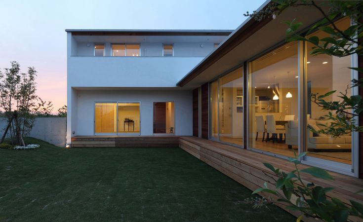 名古屋市郊外に立つ木造2階建て住宅。角地にの敷地に庭を囲むように建物をL型に配置。家のどこにいても庭の緑、四季の移り変わりを感じる事が出来る。