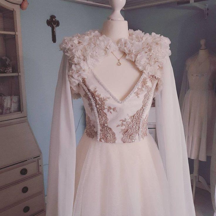 Ein traumhaftes Brautkleid von Tian van Tastique #vintage #weddingdress #Brautdirndl #Hochzeitsdirndl #Brautkleid https://www.facebook.com/DivineIdylleTianvanTastique/ www.tianvantastique.com
