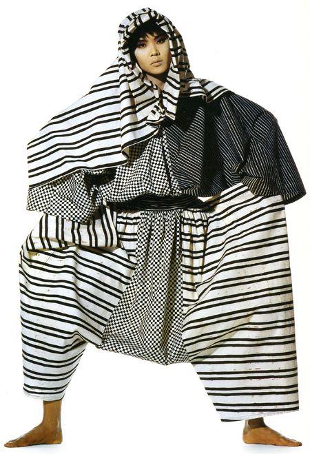 """El museo 21 21 Design Sight de Tokyo tiene montada la impresionante exhibición """"Irving Penn and Issey Miyake: Visual Dialogue"""" que presenta más de 200 fotografías del trabajo de Miyake tomadas por Penn. Esta no es una simple dinámica de fotografías una colección de moda, la historia detrás de esta colaboración entre los dos creativos duró 13 años (1987-1999) tiene un tinte de romanticismo en el proceso creativo."""