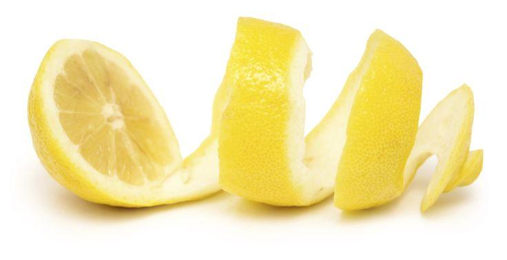 Citronskal är en effektiv rengörare i köket. Här är två bra tips:  Kaffebeläggningar: Häll kokhett vatten över citronskal i botten av muggen och lå