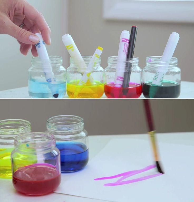 Diversão sim, bagunça não. Muitas vezes os pequenos artistas esquecem de colocar a tampa de volta nas canetinhas. Então, na próxima vez que elas acabarem secando, coloque-as em potes com água. A ponta ficará outra vez úmida e as canetinhas (e a água colorida) terão uma segunda vida como materiais para pinturas estilo aquarela!
