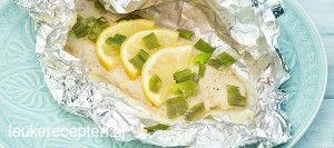 Frisse vis met citroen, mosterd-dille saus en bosui gaar gestoomd in folie op de bbq