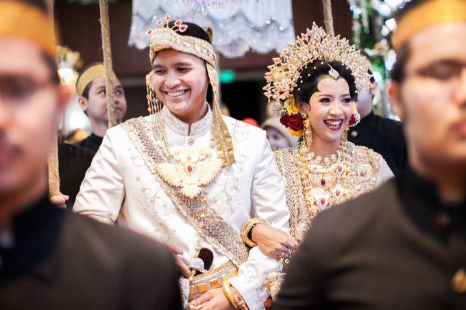 Indonesia kaya budaya! Setiap daerah memiliki tradisi pernikahan dan busana tersendiri. Seperti pasangan pengantin dalam pernikahan tradisional/adat Bugis Makassar Sulawesi Selatan ini.