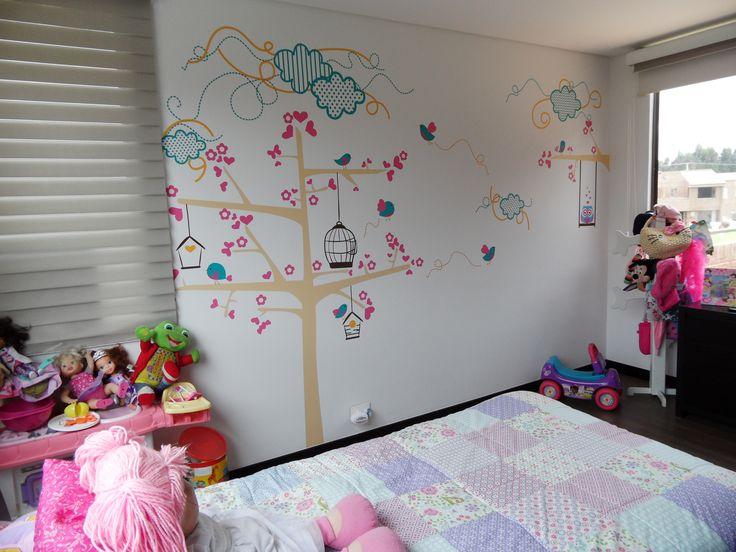Diseño de Arbol de corazones con búho en columpio. Ambiente perfecto para niña. En Bogotá te. 3176746222-4060080 contactanos@gfdecoraciones