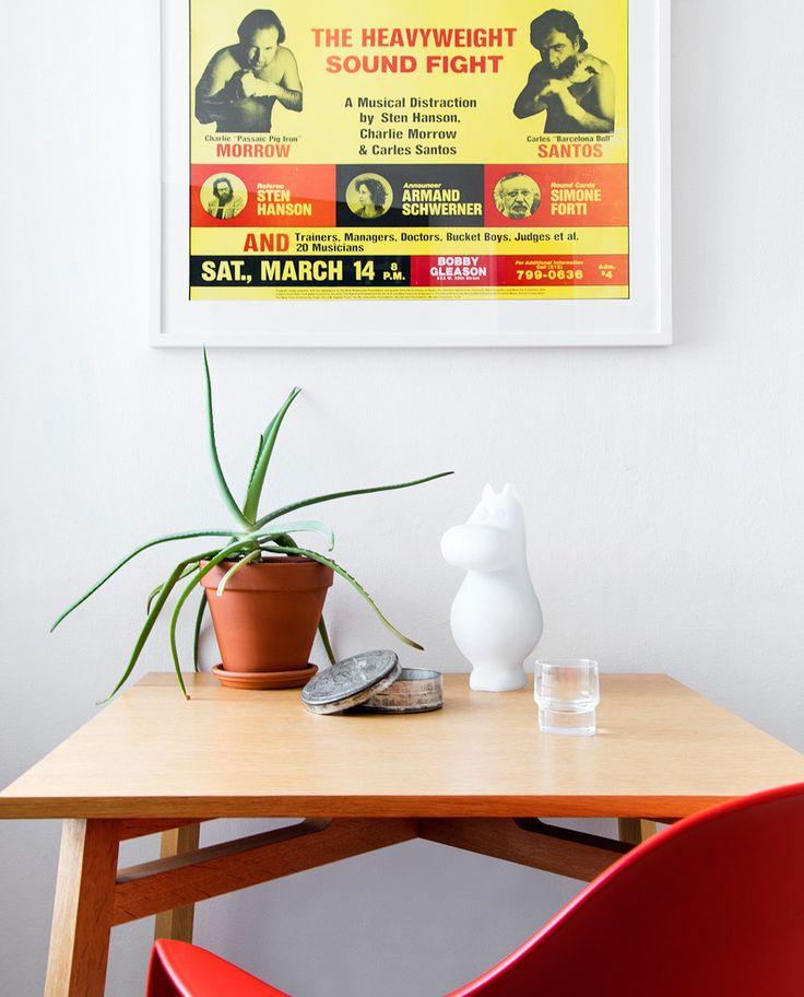 Mummitrollet Liten - Mummitrollet i kjent figur fra det fantastiske universet til Tove Jansson er skapt for å oppfordre oss alle til genuin nyskjerrighet! Mummi lampene er dyktig designede objekter av ren glede som vil lyse opp alles dag – både i hjemmet og i det offentlige rom. Lampene er tilgjengelig i tre kjente figurer; Mummitrollet, Hattifnattene og Snorkfrøken—og i tre størrelser optimalisert for bord, gulv og herlige frittstående dekorelementer.