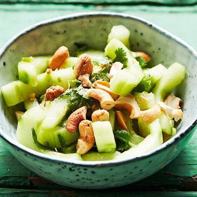 Klockren till karrén! Gurka och salladslök blandas med en dressing på ingefära, lime och koriander och blir till en fräsch och smakrik sallad. Toppa med cashewnötter eller jordnötter för gott crunch.